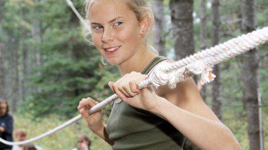 ropes-course-girl-on-tension-wire
